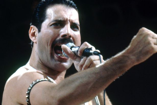 Freddie-Mercury-on-stage